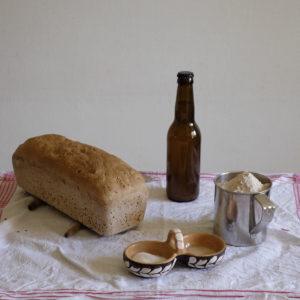 Bier, Mehl, Hefe, Salz und fertiges Brot.