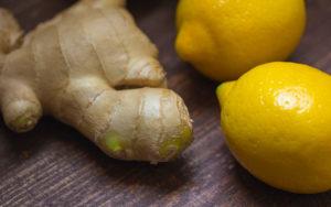 Ingwerknolle und zwei Zitronen