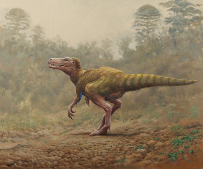 Sarcosaurus. Ein Dinosaurier auf zwei Beinen. Schlanker als der Scelidosaurus, relativ großer Kopf. Im Hintergrund stehen Bäume im Nebel.