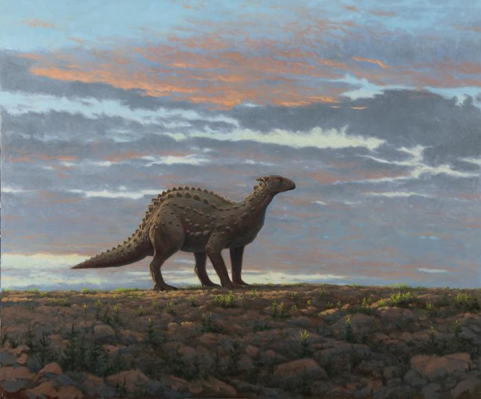 Scelidosaurus: Ein Dinosaurier auf vier Beinen mit dickem Körper und Schwanz. Hornplatten entlang des gesamten Körpers. Das Tier steht auf einer steinigen Ebene mit wenigen Pflanzen, im Hintergrund der leicht bewölkte Himmel im orangenen Abendlicht.