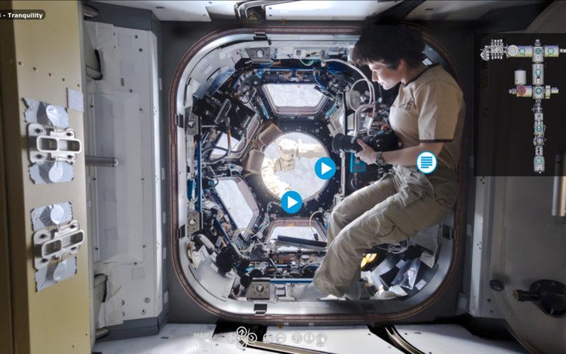 ESA-Astronautin Samantha Cristoforetti schwebt vor der Cupola, dem Aussichtsfenster auf der ISS. Screenshot vom virtuellen Rundgang.